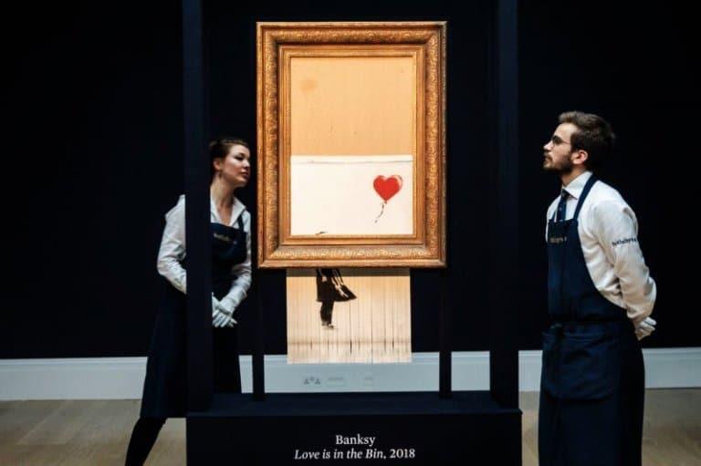"""Fotoğraf 1:Banksy, (2018). Kendi Kendini İmha Etme 'Balonlu Kız' Açık Arttırmada. (Ben buna """"Manyaklığa Övgü"""" adını koydum) Erişim Tarihi: 23 Ekim 2018. Kaynak: https://www.yahoo.com/news/buyer-banksy-apos-self-destructing-162313412.html"""